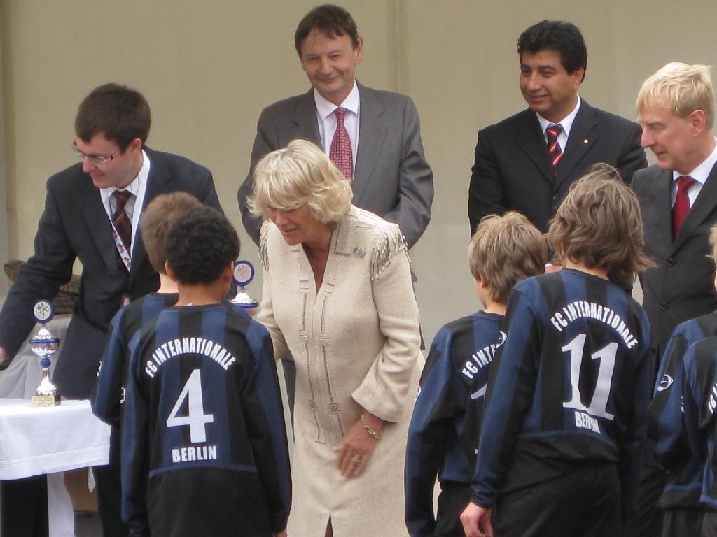 Camilla beim Pokalverteilen